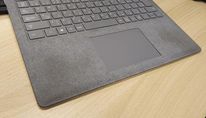 surface laptopのパームレスト部分の汚れを撮影した写真1