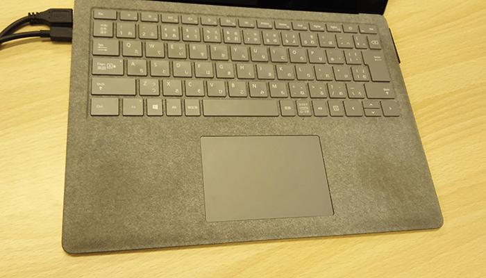 surface laptopのパームレスト部分の汚れを撮影した写真2