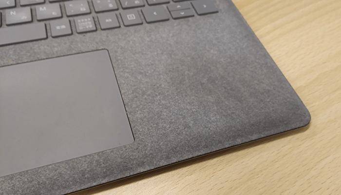 surface laptopのパームレスト部分の汚れを撮影した写真3