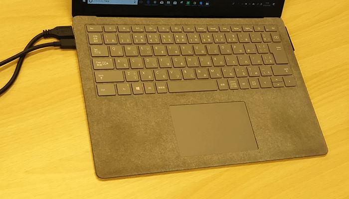surface laptopのパームレスト部分の汚れを撮影した写真4