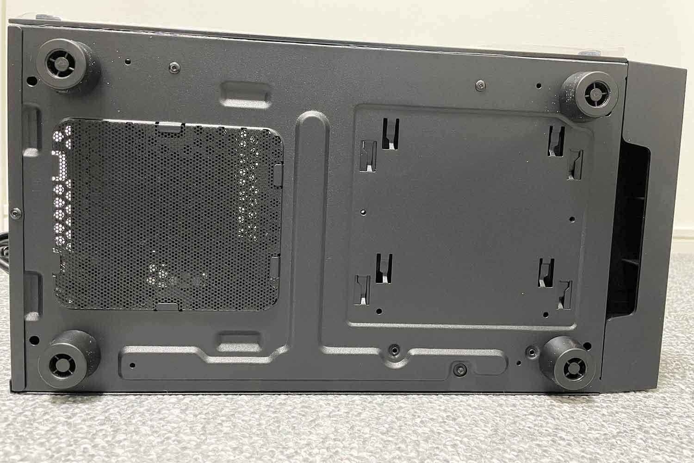 SilverStone SST-FAR1B-G PCケース 底の様子